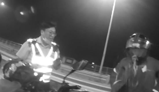 图说:摩托男醉驾被民警拦下,意外一幕发生:戴着头盔直接吐了 警方供图