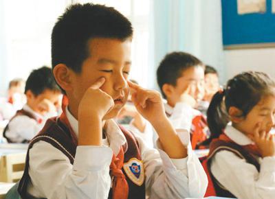 图说:武汉市红领巾学校学生正在做眼保健操。来源:人民日报 田豆豆 摄(下同)