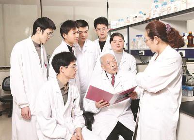 王振义院士与学生一起探讨临床上遇到的疑难病例。(瑞金医院供图)