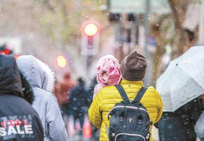 申城阴冷,小朋友裹得严严实实。孟雨涵 摄