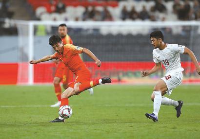 1月11日,2019年亚洲杯C组小组赛中,中国队3比0战胜菲律宾队。中国队球员武磊在比赛中控球。新华社 发