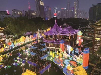 大年初二,上海气温趋暖,平添了几分春日气息。上海海纳百川、摩登精致的现代气质与别具特色的传统文化相得益彰,主要旅游景区点接待游客80万人次春节里的豫园张灯结彩,游人如织。(黄浦警方供图)