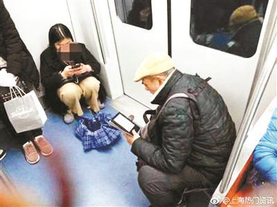 上海地铁11号线乘客带板凳上车成一景 独特警示引热议