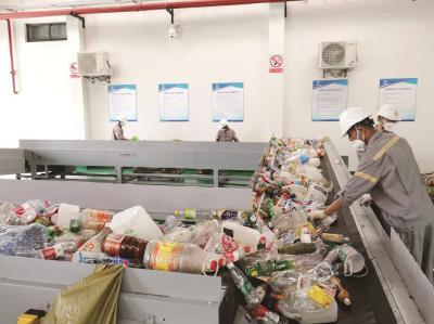 """嘉定马陆再生资源集散中心流水线可实现全品类""""兜底""""回收。本报记者史博臻摄"""