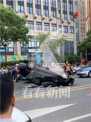 大连路附近两车擦撞一车四脚朝天 女子爬出侧翻轿车