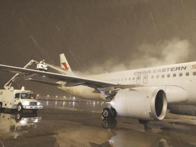 东航工作人员在为飞机预除冰。 (东航供图)