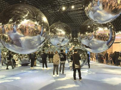 """""""首店""""入驻不仅提升了""""上海购物""""品牌集聚度,更伴随着全新的体验和创新。图为陆家嘴中心L+Mall商场一层的艺术展吸引了众多游客。本报记者徐晶卉摄"""