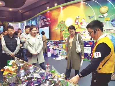 民办中小学校园开放日上,在校学生展示特色课程和活动。本报记者朱颖婕摄