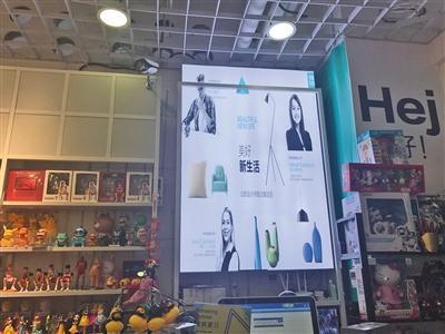 MINIGOOD(下图)和NǒME(上图)在品牌LOGO、颜色及店面布置方面极其相似。