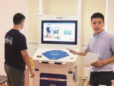 在杨浦区殷行社区市民健康健身中心试运行的智慧健康小屋里,市民只要刷一下身份证,就能体验体质健康监测。本报记者唐闻佳摄