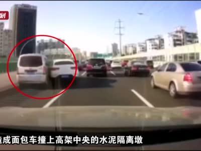 奔驰SUV与银灰色面包车产生擦撞 面包骑上水泥隔离墩