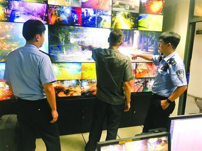 监控室民警必须时刻关注重点区域情况。 邬林桦 摄