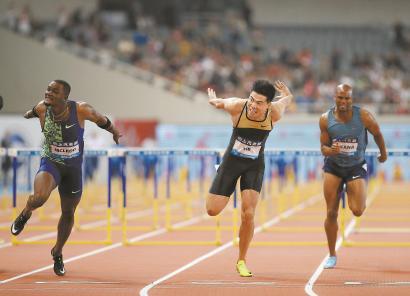 中国选手谢文骏(中)冲过终点线。 本报记者 邵剑平 摄