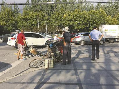 涵青路沪太路交汇处,逆行的三轮车与电动车发生碰擦事故,交警正在处理。 刘雪妍 摄