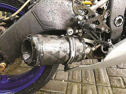 首例查处的噪声超标摩托车排气管被改装。