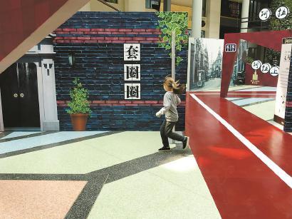 老上海弄堂游戏区吸引孩子玩耍。 均 李宝花 摄