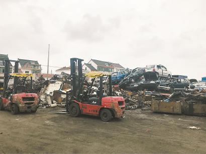 拆车厂内报废车辆堆积如山。  车佳楠 摄