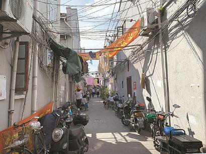 90街坊弄堂内,纵横交错的电线遮住了天空。黄尖尖 摄