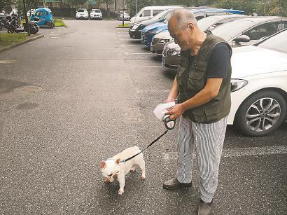 青浦欣乐苑东苑,周增亮老人遛狗时随身携带厕纸。