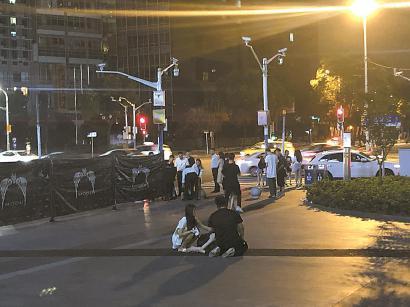 魔都娱乐城门口醉酒顾客深夜喧闹,车辆来往频繁。