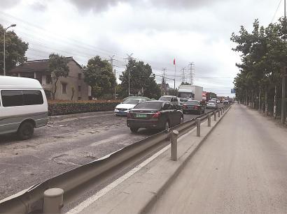 浏翔公路嘉旺路路口,沥青路面四分五裂。 均 车佳楠 摄