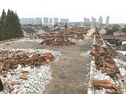 教学楼楼顶堆满房顶拆卸后产生的碎瓦块。 均 毛锦伟 摄