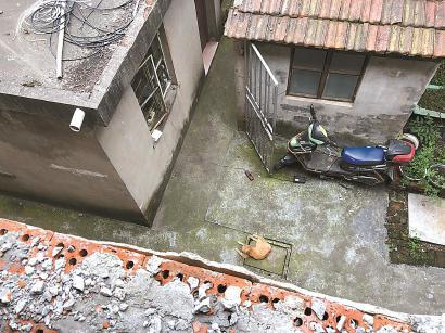 两层高的宿舍楼紧挨着洪东街42弄、96弄的连片居民住宅。