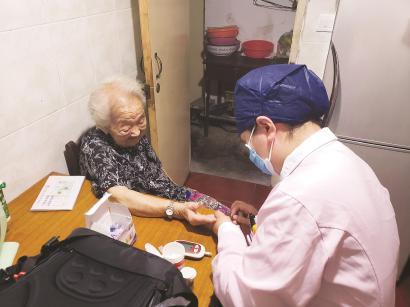 长宁区天山路街道社区卫生服务中心护士吴慧琳上门为曹婆婆检测空腹血糖。 本报记者 李晨琰摄