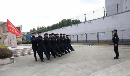 队列指挥训练。