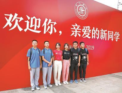上海交通大学迎来万名新生报到 三对双胞胎同时上交大
