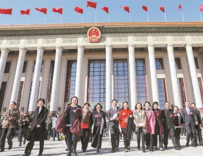 昨天,部分在沪全国政协委员步出人民大会堂。本报记者 张海峰 摄
