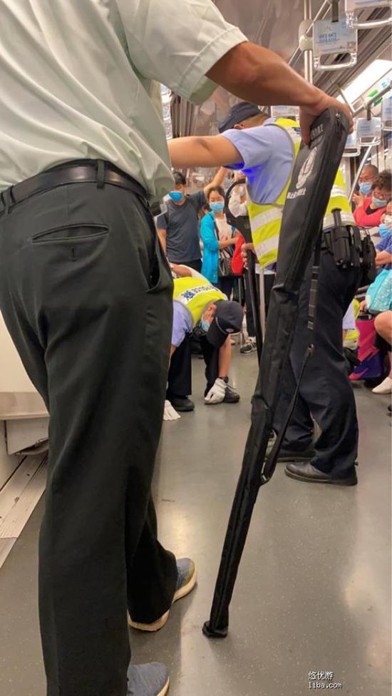 民警将犬只捕获。