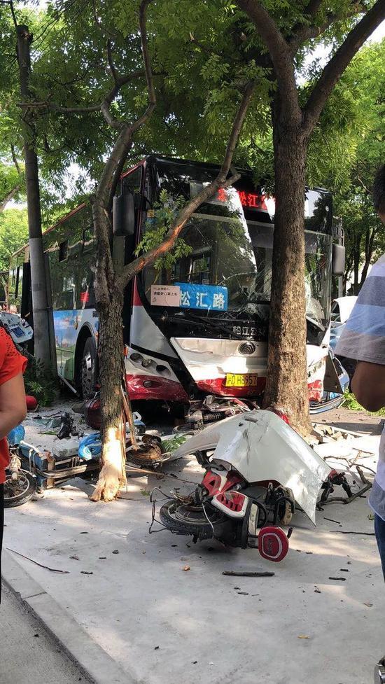 松江发生一交通事故 肇事车与七辆小客车碰撞3人轻微伤
