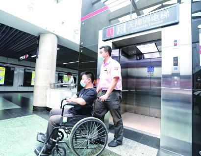 改造后的无障碍电梯设置明显使用方便 记者 张龙 摄