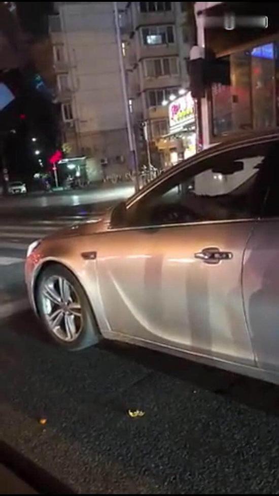 上海一驾驶员车窗抛物被拍下视频举报 被罚200元