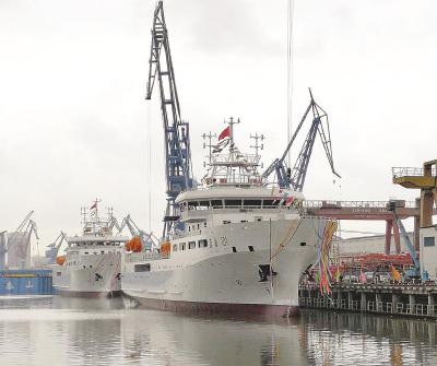 图片说明:两艘3000吨级海洋渔业综合科学调查船昨天在沪下水。 (沪东造船厂供图)
