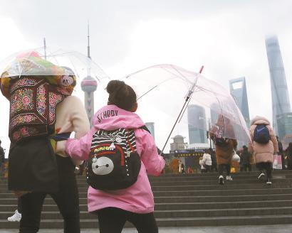 昨天是春节长假最后一天,阴雨天气难阻游客到外滩看风景的热情。 本报记者 邵剑平 摄