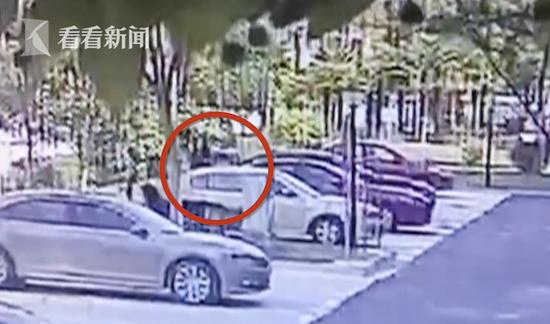 两名外埠来沪还在不雅察期的女子 躲后备箱内溜出小区