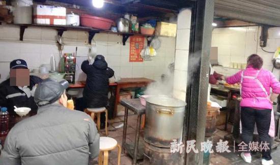 黄浦一早餐店店主不戴口罩 碗筷水里冲冲还有人扎堆吃