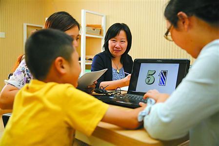 2016年,上海成立全国第一家特殊学生教育评估中心,中心聘请全市最顶级的医学、教育学23位专家为特殊学生提供医教结合的综合评估。   图为市特殊学生教育评估中心工作人员正在为学生开展评估。   李立基 摄