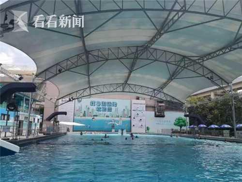 健身中心严管泳池私教 爸爸教女儿游泳要证明是女儿