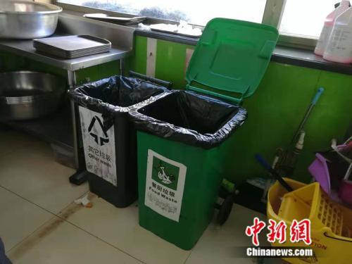 收残区的厨余垃圾桶中新网记者 张尼 摄