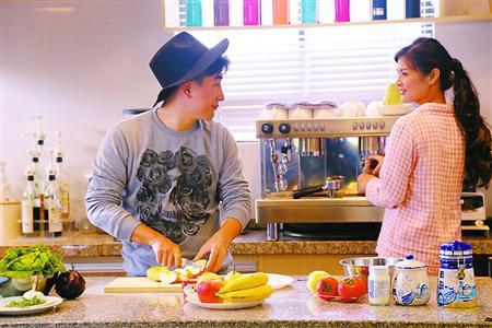 """两名租客在""""魔方公寓""""里做饭。"""