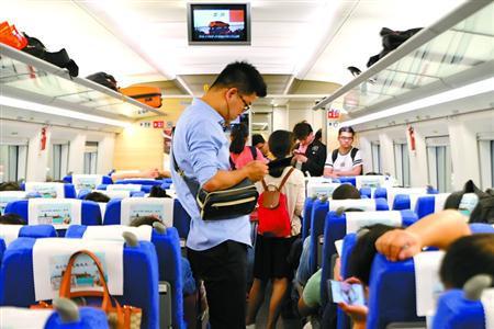 在上海开往苏州、无锡等城市的高铁上,和殷妤涵一样过着双城生活的人有很多。均 黄尖尖 摄