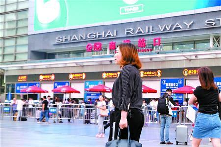 傍晚,殷妤涵赶到上海火车站,乘高铁回无锡。