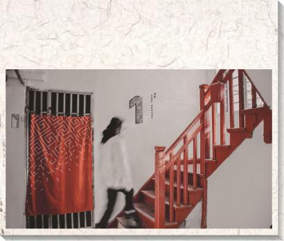 图片说明:深红色木质楼梯盘旋而上。(资料)