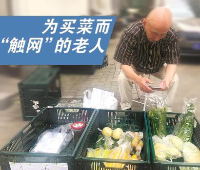 """6月1日上午,62岁的""""营业员""""忻宏光在站点。  杨书源 摄"""