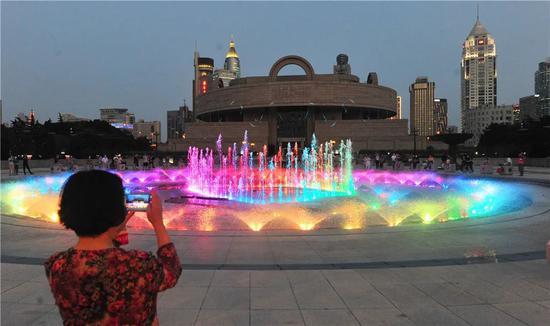 人广音乐喷泉升级归来 汇集喷泉水幕投影激光为一体