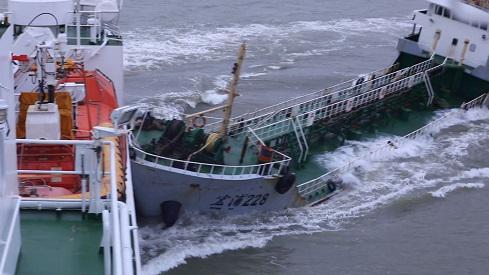 长江口疑似走私油船抗法逃逸 冲撞海事公务船海巡01轮
