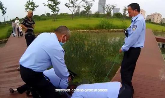 残疾小伙直播自己钓鱼时炫耀车技 掉入河中被市民救起